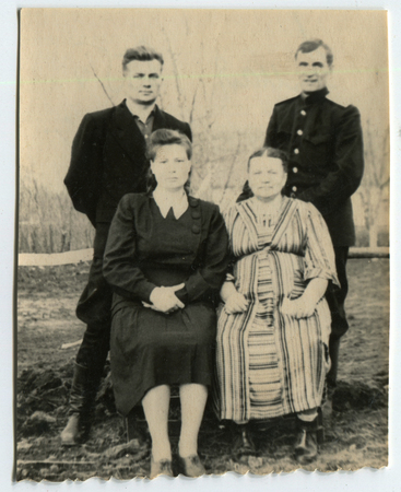 Ussr - CIRCA 1970s: An antique Black & White photo show family portrait 新聞圖片