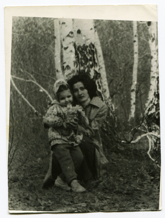 Ussr - CIRCA 1970s: An antique Black & White photo show Mom and daughter in the woods near the birch 新聞圖片