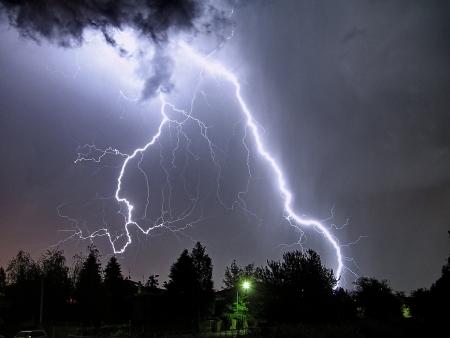rayo electrico: un rayo grande en una tormenta de verano