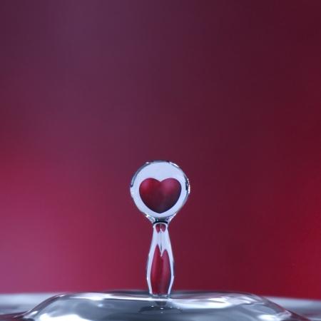 UOMO pioggia: riflesso di un cuore in una goccia d'acqua Archivio Fotografico
