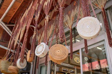 Accrocher des sacs tissés à la main devant le magasin. Ornements de perles suspendus au-dessus devant le magasin. Banque d'images