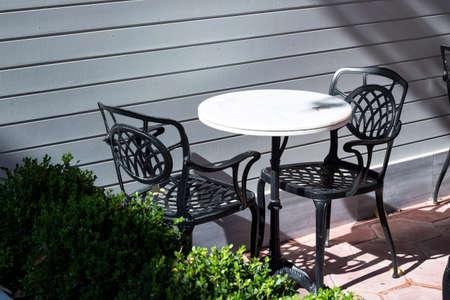 Sedia da tavolo decorativa 2 pezzi sedia 1 pezzo tavolo rotondo Archivio Fotografico