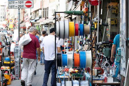 Estambul, Turquía - 11 de septiembre de 2019: Gran mercado de persembe en Karakoy. Se venden accesorios para el hogar y ferreterías.