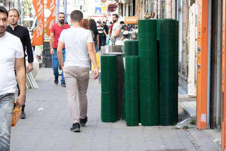 Estambul, Turquía - 11 de septiembre de 2019: Gran mercado de persembe en Karakoy. Se venden accesorios para el hogar y ferreterías. Editorial