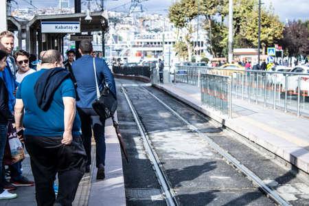 Istanbul, Turquie - 11 septembre 2019 : la région de Sirkeci est un lieu touristique. La ligne de tramway passe au milieu de la rue. Éditoriale