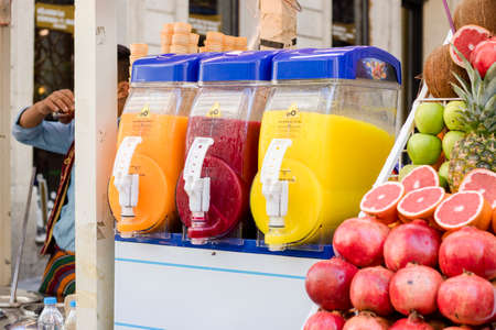 Juice machine of different varieties. Hand cut pomegranate and green apple. Banque d'images
