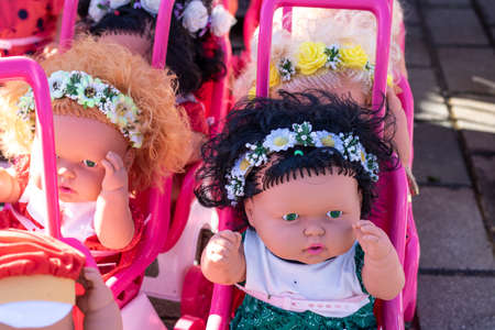 Colorful eyed baby with plastic hair sold outside in front of store for girls. Фото со стока - 137773102