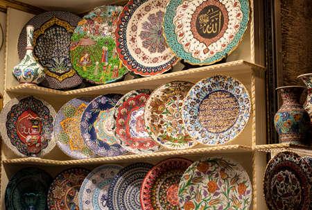 Gemusterte Teller werden im Laden verkauft. Es enthält Muster der türkischen Kultur.