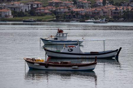 Moored boats with reflections. fishing boat at the Cunda Balkesir. Stockfoto - 134684016