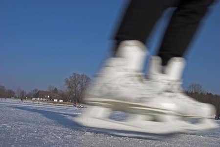 frozen lake: schaatsen op een bevroren meertje Stockfoto