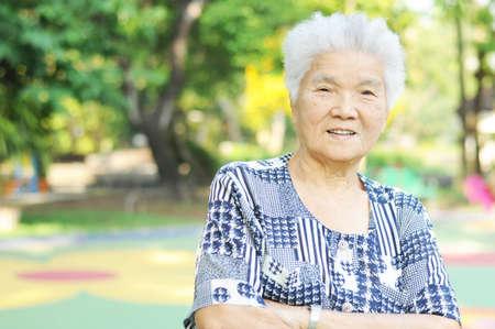 public park: Retrato de una anciana sonriente en el parque p�blico