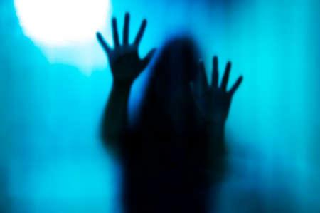 マットのガラスの背後にある抽象的な女性。ぼやけて手や体の図