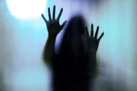 매트 유리 뒤에 여자입니다. 흐릿한 손과 몸 그림