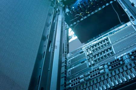 centro de computo: El almacenamiento del servidor y el disco de arreglo en el centro de datos con la profundidad de campo en tono fr�o