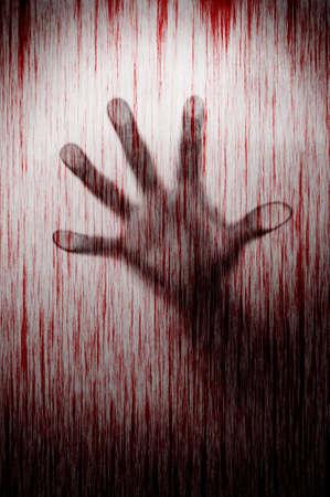Onscherpe moordenaar hand achter gematteerd glas met bloedvlek moord concept Stockfoto