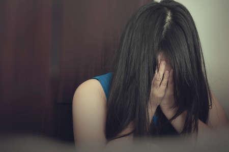 가정 폭력의 두려움에 그녀의 얼굴을 커버하는 여자 스톡 콘텐츠