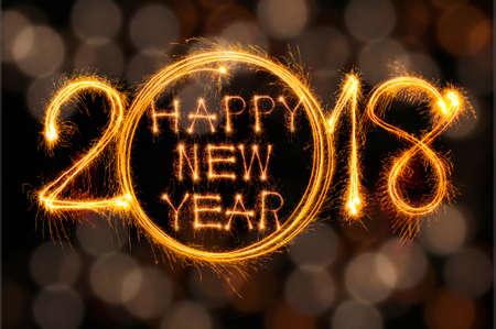 Frohes neues Jahr 2017 Text geschrieben mit Sparkle Feuerwerk auf schwarzem Hintergrund isoliert Standard-Bild - 68582631