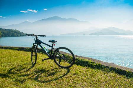 Bicycle in fron of the lake and mountain at Sun Moon Lake in Taiwan Standard-Bild