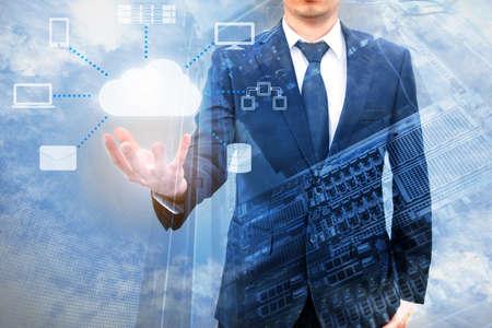 Podwójne expoure profesjonalnego biznesmena łączący technologię cloud na rękę z chmury i przestrzeni powietrznej w zakresie technologii, komunikacji i koncepcji biznesowej