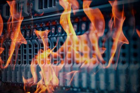 Katastrophe in Rechenzentrum Raum Server und Speicher auf Feuer brennt Standard-Bild - 68568611