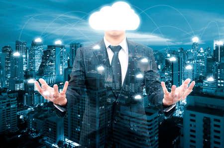 Doppelbelichtung von professionellen Geschäftsmann Nachtstadtbild und Internet-Netzwerk-Verbindung Cloud-Technologie für die Kommunikation, Business und Technologie-Konzept Standard-Bild - 68656652