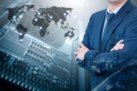 전문 사업가의 이중 노출 교차 무기 인터넷 서버 저장 기술을 연결 하 고 그것의 세계 네트워크를 연결 비즈니스 개념, 스톡 콘텐츠