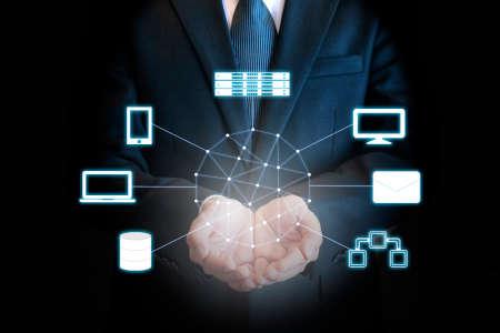 Professionelle Geschäftsmann Anschlussnetz an den Händen in die Cloud-Technologie, Kommunikation und Business-Konzept Standard-Bild - 73303622
