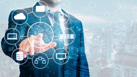 Podwójna ekspozycja profesjonalnych biznesmenów połączonych urządzeń z świata technologii cyfrowej Internet i bezprzewodowej sieci na ekranie dotykowym i miasta biznesowych tła w koncepcji biznesowych i technologii Zdjęcie Seryjne