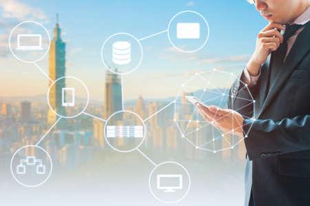 Double exposition de l'homme d'affaires professionnel connecté internet et réseau sans fil avec son fond de téléphone intelligent et ville d'affaires dans le commerce et le concept de la technologie Banque d'images - 76459567