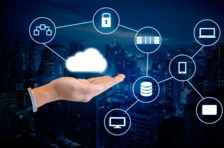 Double main d'exposition d'un homme d'affaires professionnel connecté internet et réseau sans fil avec son téléphone intelligent et la ville d'affaires en arrière-plan dans le commerce et le concept de technologie Banque d'images