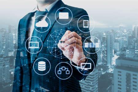 Doble exposición de dispositivos profesionales conectados por el hombre de negocios con Internet de tecnología digital mundial y red inalámbrica en la pantalla táctil y antecedentes de la ciudad de negocios en concepto de negocios y tecnología