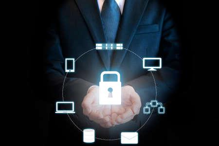 Doppeltes expoure der schützenden Wolkentechnologie des Berufsgeschäftsmannes an Hand in der Sicherheitstechnik und im Geschäftskonzept Standard-Bild - 76995261