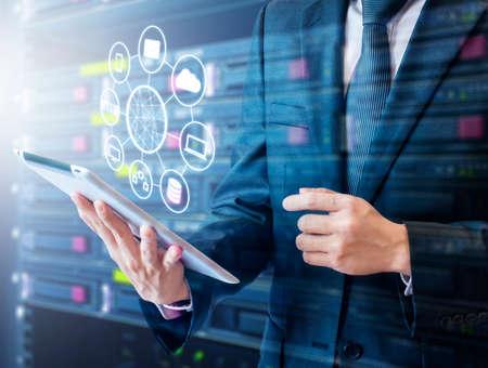 Double exposition de l'homme d'affaires professionnel reliant le réseau et les appareils à portée de main dans la technologie Cloud, communication et concept d'affaires Banque d'images - 80158208