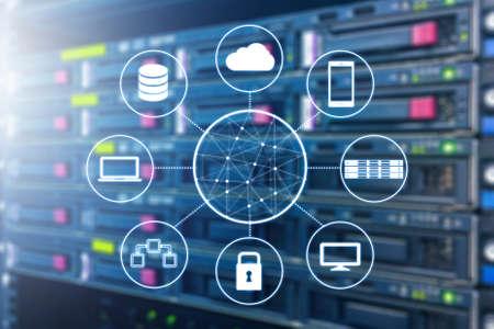 Cloud-Technologie verband alle Geräte mit Server und Speicher im Rechenzentrum Hintergrund Standard-Bild - 80158216