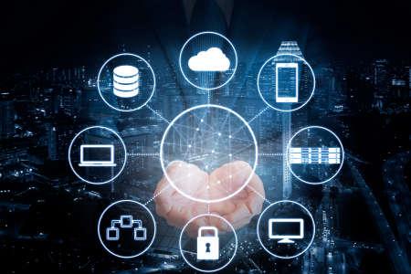 プロのビジネスマンの二重露光保持ネットワークと青色のトーンのビジネス背景の都市を接続するすべてのデバイス技術