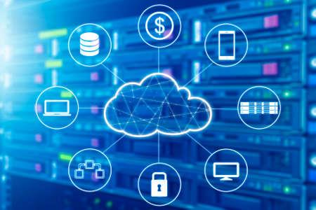 La tecnología de la nube conectó todos los dispositivos con el servidor y el almacenaje en fondo del datacenter Foto de archivo