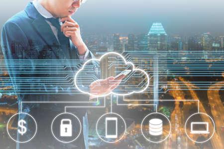 Podwójna ekspozycja zawodowych biznesmen podłączony Chmura technologii z Internetu i sieci bezprzewodowej ze swoim inteligentnym telefonem i miasto biznesu w tle w handlu i koncepcji technologii