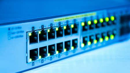 被写し界深度と青色のトーンでネットワーク スイッチ オンライン緑状態 写真素材