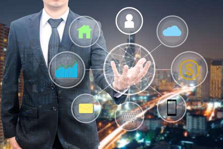 Double exposition de l'homme d'affaires professionnel connecté et présenté la technologie Cloud et l'internet des objets et réseau sans fil avec nuit concept de paysage urbain de gratte-ciel, concept d'affaires et de la technologie Banque d'images