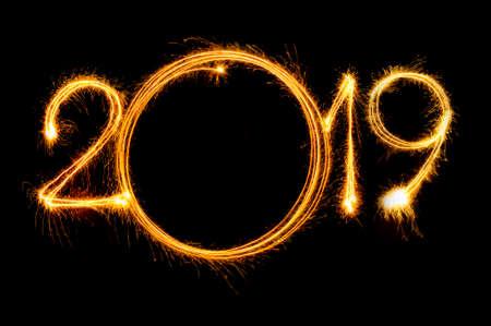 Frohes neues Jahr 2019 Text geschrieben mit Sparkle Feuerwerk auf schwarzem Hintergrund isoliert Standard-Bild - 94015366
