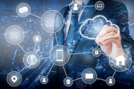 Doppelte Belichtung eines professionellen Geschäftsmanns, der ein Cloud-Technologie-Netzwerk und Geräte im Internet der Dinge, der Technologie, der Kommunikation und des Geschäftskonzepts verbindet Standard-Bild