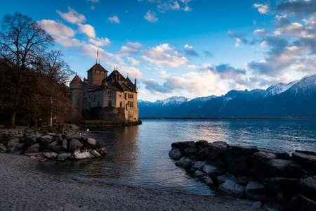 Beautiful landscape of famous Chateau de Chillon at Lake Geneva, Montreux Switzerland Standard-Bild - 131649996