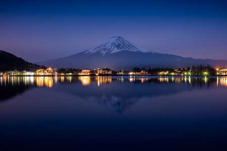 Fuji mount reflect on Kawaguchiko lake in sunset in Japan Imagens