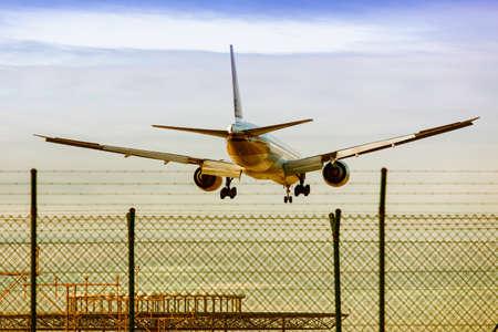 maneuvering: Landing maneuver at the airport