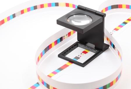 인쇄 제작에 프리 프레스 컬러 menagement. 인쇄 된 종이에 CMYK 색상 확인. 품질 인쇄 개념.
