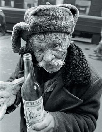 MOSCOU, RUSSIE - MARS 15,2002: Un vieil homme avec une bouteille de vodka dans une gare