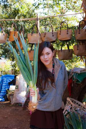 verduras verdes: Los vegetales verdes y fondo de alimentos de hoja verde oscuro como un concepto de alimentaci�n saludable Foto de archivo