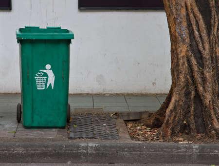 Green Plastic Waste Container Standard-Bild