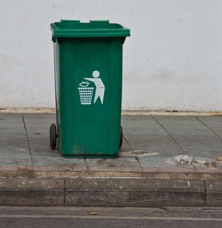 recolector de basura: Verde pl�stico contenedor de residuos Foto de archivo