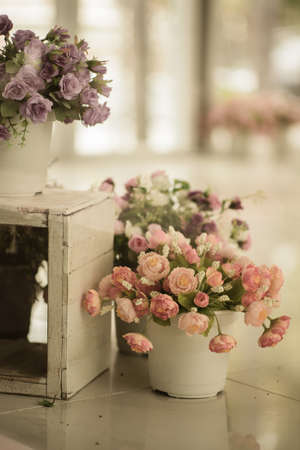 Flor en el crisol estilo vintage, día de fiesta y boda decoraciones florales Foto de archivo - 40638203